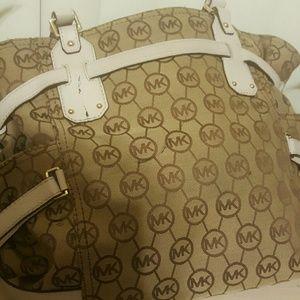 Michael Kors Bags - ⭕💯% Authentic Michael Kors Large Handbag